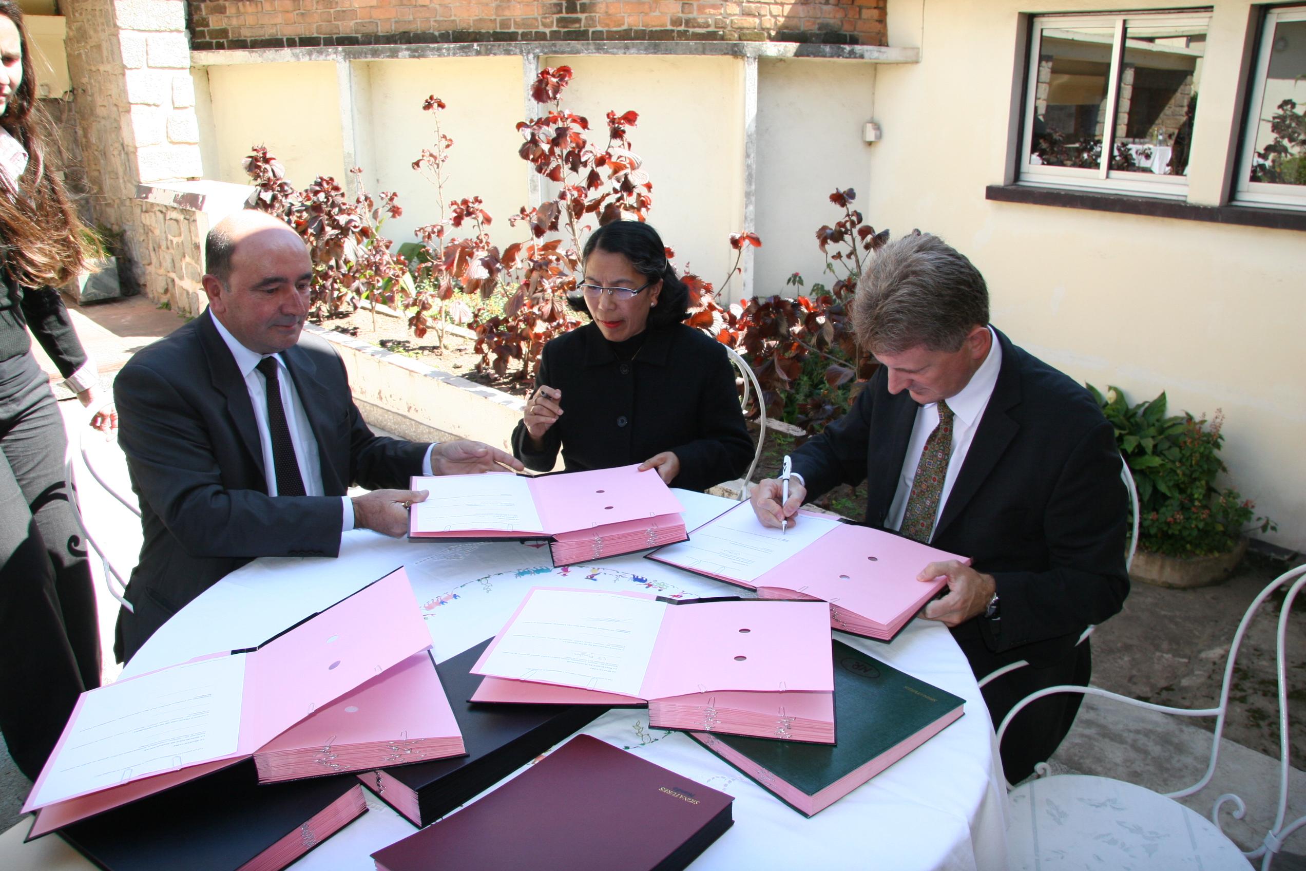 Signature de la convention afd pour l 39 appui au for Chambre de commerce de madagascar